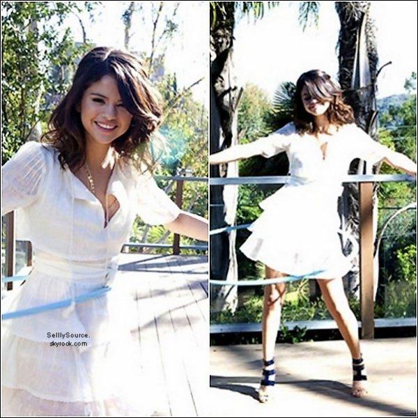 .09.04.2011 : Sel' et sa famille ( et amis ) etait a DisneyLand en Californie. .