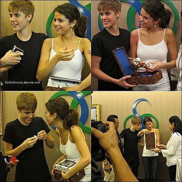 .25.04.2011: Selena et Justin dans les backstage.Du concert de Justin à « Jarkata ». .