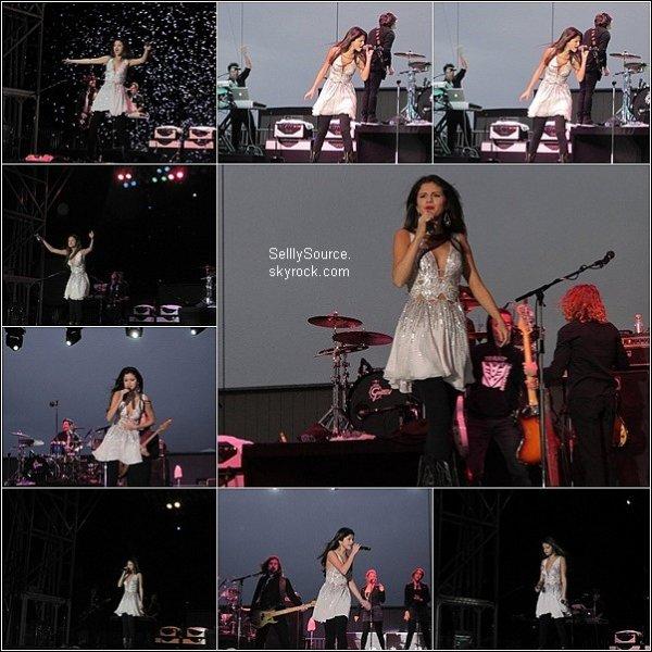 .8.05.2011 : Sel' donnait des concert durant les Dixon May Fair.Il fait un reprise de # Parachue # de son idole # Cherly Cole # .