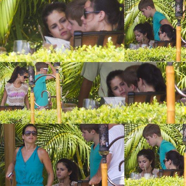 .26.05.2011 : S. et Justin B. , mangeait , sur une térrasse.Dans Hawaî.26.05.2011 : S. et J. était dans un jardin tropical.Puis sur la plage ( Toujours a Hawai)..Selena fait la couverture du magazine # Bliss# .