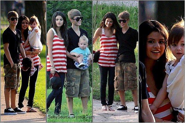 .31.05.2011 : Sel' et Justin , dans un Parc au Canada.1.06.2011 : Puis le lendemain , Justin et Selena ont fait du shopping.S. fait la promo desMuch Music Awards Promo.2.06.2011 : Selly et Justin quittant le domicile Bieber .