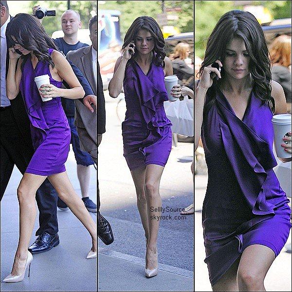 .29 Juin : Selena en mode femme d'affaire arrivant à « Riz Calton  » .