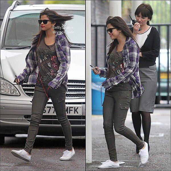 .8 Juillet 2011 : Sel' allant dans les studio de «ITV » à Londres..8 Juillet 2011 : Selena quittant son hôtel pour se rendre chez elle.au Etats-Unis .