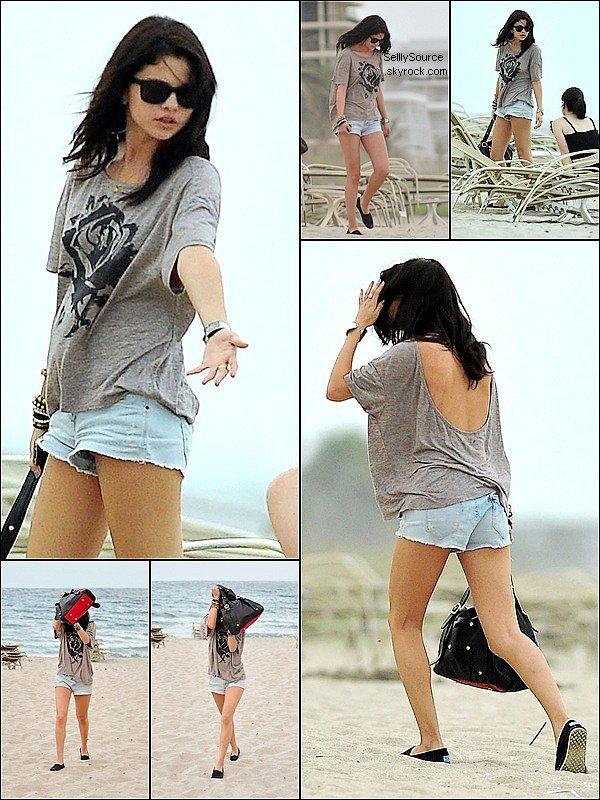 . 27 Juillet 2011 : Selena est une amie a la plage dePalm Beach à Miami (Floride).Quesqui se passe Selena ?!  .