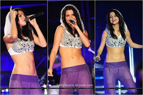 """.28 Juillet : Selena à donner son coup d'envoie a sa tour , en donnant son prémier concert a """"Boca Raton , Floride """"  ."""