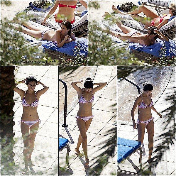.29 Juillet : Selena s'amusait au parc d'attraction  « Universal Studio  ».29 Juillet : Puis Selena se relaxait au bord d'une piscine. .