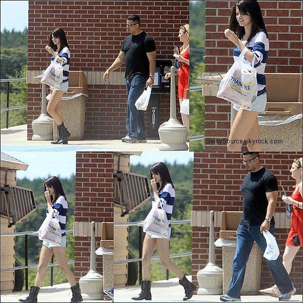 .30 Juillet : Selena quittant un station d'essense avec des chose a la main .
