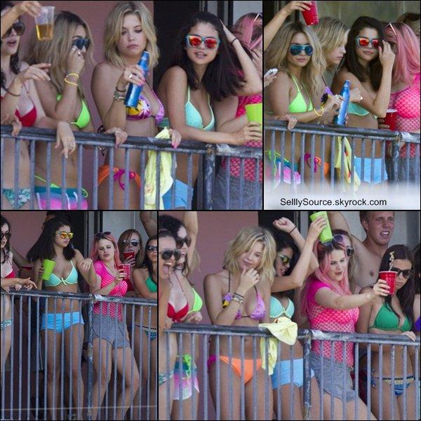 .22 & 23 Mars 2012 • Sel' et ses co-stars sur le balcon de leu film.Sel' et Vanessa rejoignait le set..