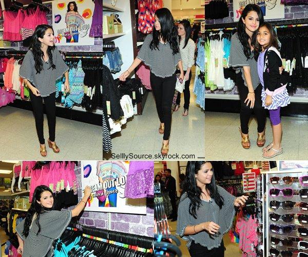 """.24 Avril 2012:  Sel' favorise sa marque de vêtement """"Dream Out Loud """" à Los Angeles, elle y posait aussi avec une fan.  ."""