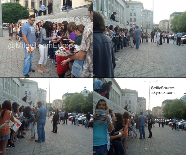 """.Quittant son hôtel en Bulgarie, Sel' y signait des autographes..Découvre 2 photo du film """"Sping Brekears"""", pour le magazine Mayo. ."""