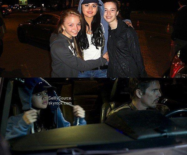 .Découvre une photo de Sel' posant avec 2 fan.Puis un extrait de son film «The Getaway»  .