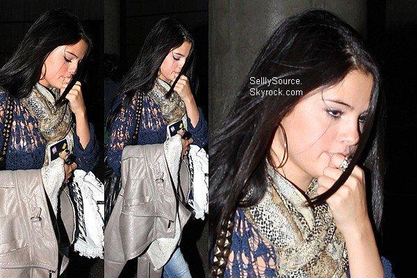 . 25 Mai: C'es une Selena fatigué qui arrivait à l'aéroport de LAX..26 Mai: Sel', mettait de l'essence dans une voiture à Encino..26 Mai: JELANA IS BACK! plus tard, Sel' rejoignait Justin pour y déjeuner.