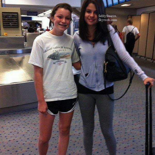 .31 Mai: Selena était à l'aéroport de  LAX pour s'envolé à Miami.Elle y posait avec une fan..