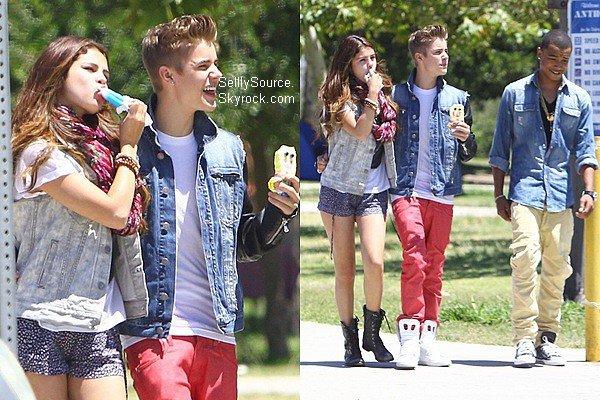 .30.06.2012 : Selena et J. Bieber se sont promené au bord d'un lac, ou ils mangèrent une glace, à Encino. .30.06.2012: Plus tard, nous retrouvions Selena et Justin B. déjeunent au Bronco Burrito,avec quelque amis. .