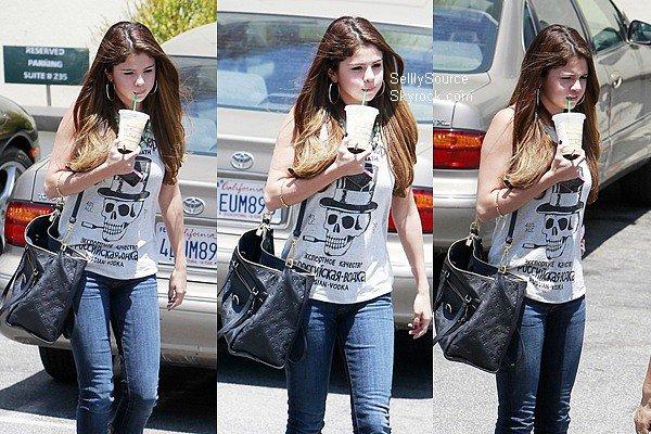 .03.07.2012: Selena (toute seul) se rendus chez Starbucks à Encino, Los Angeles..