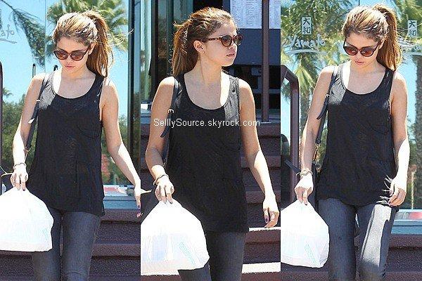 .07.07.2012: Selena s'es rendu dans un magasin Japonnais pour y acheté des Sushi à Los Angeles..