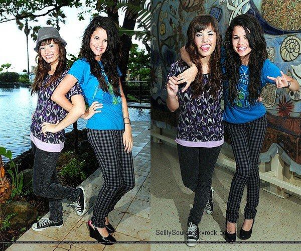 .Selena été sur le tournage de «Princess Protection Progam » en compagnie de Demi Lovato et de sa maman..