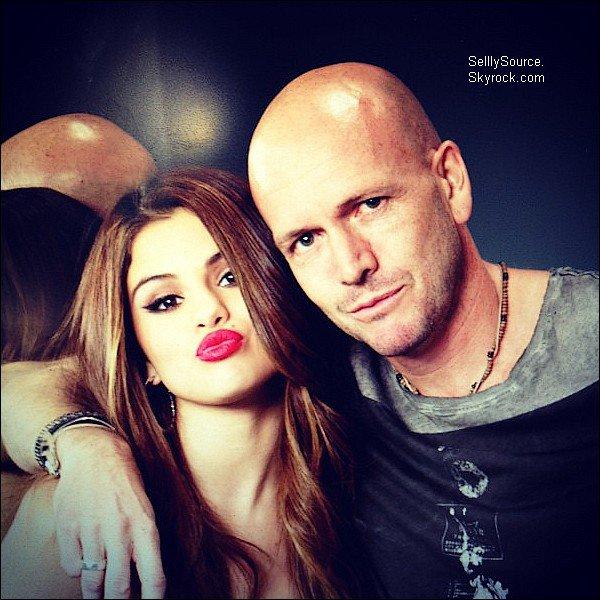 .24.07.2012 : Selena et ses grand-parents sont allée mangée chez Panera Brand..