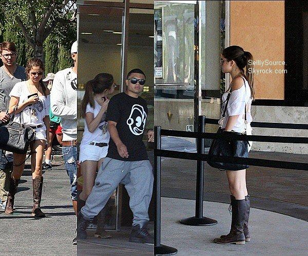 .23.07.2012 : Selena & sa cousine Priscilla DeLon, sont allée à un restaurant japonais..