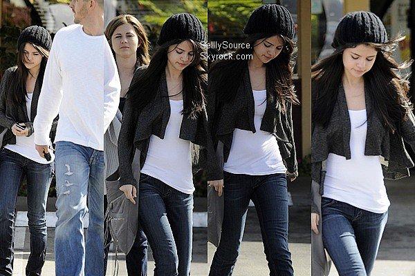 .26 Mars 2010 : Selena et ses parents se sont promenés à Los Angeles. Article Flash-Back..
