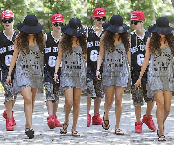 .12.08.12 : Selena Gomez s'est rendu au  centre commercial « Topanga » et a posé avec des fans..