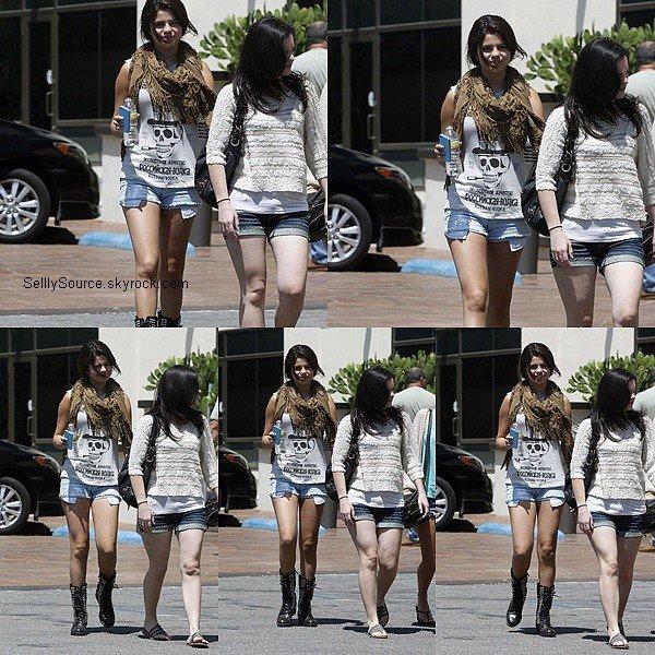 .20.08.2012 : Selena et ses amis se sont promenée dans Los Angeles..