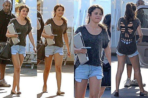 .22.08.2012: Selena en compagnie de Ashley Cook, se sont rendus sur le tournage de «Feed The Dogs».  .