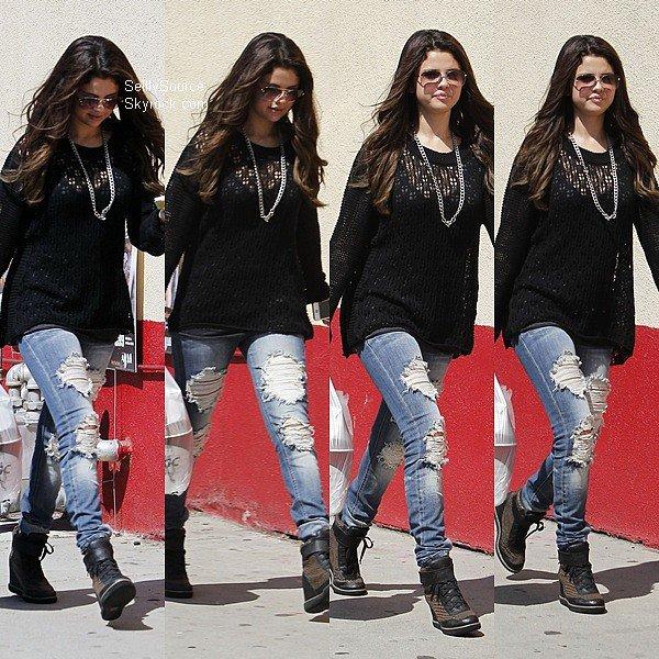 .24.08.2012: Selena s'est rendu dans le fast-food KFC, à Encino, Los Angeles..