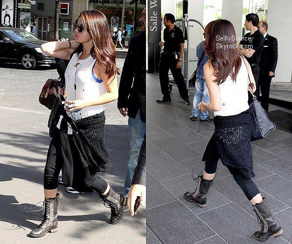 .02.09.2012 : Selena es arrivée à l'aéroport de Charles De Gaulle,à Paris. .