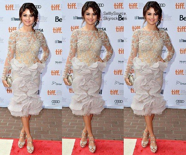 .07.09.2012 : Selena et le cast de « Spring Breakers » ont réalisé un photocall à Toronto,Canada. .