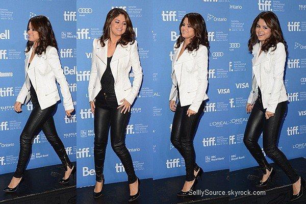 .08.09.2012 : Selena à réalisé un photocall pour HT, au festival international du film,Toronto.  .