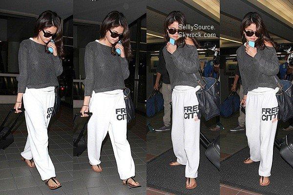 .09.09.2012 : Selena Gomez allait à l'aéroport de Pearson à Toronto..