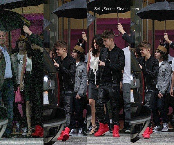.08.09.2012 : Selena et Justin B. quittait un restaurant à Toronto,Canada..