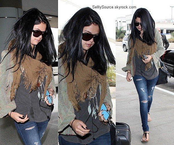 .13.09.2012 : Après quelque jours de repos,Selena à été aperçu a l'aéroport de LAX pour se rendre à Atlanta..