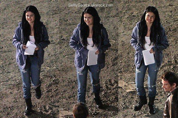 .14.09.2012: En compagnie D'Ashley Tisdale,Selena été sur le tournage de «The Getaway»..