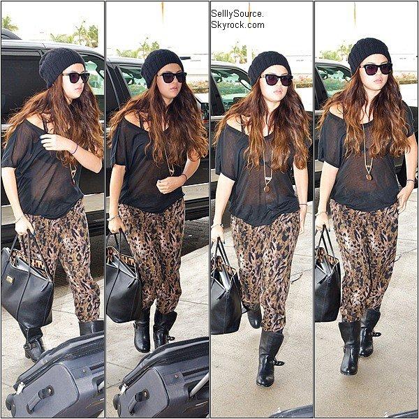.18.10.2012: Selena à été vu entrain de quitté une bibliothèque,à Los Angeles..