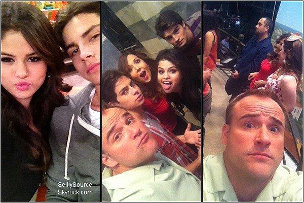 .Découvre trois photo perso' de Selena durant les tournages des Sorciers de Waverly Place..