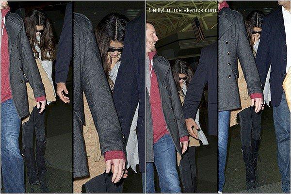 .10.11.2012 : Selena à été vu entrain d'arrivée à l'aeroport de John F. Kennedy. .10.11.2012 : Plus tard,Selena Gomez à été vu entrain d'arrivée à Los Angeles..10/11.2012 : Dans la nuit du 10/11 Novembre,Selena à été vu entrain d'arrivée à New York,elle allait à son hôtel..11.11.2012 : Selena & sa cousine Priscilla DeLon,on été vu main dans la main quittant leur hôtel à New York..11.11.2012 : Plus tard,Selena (seul) à été vu regagnié son hôtel à New York..12.11.2012 : Selena & Prisicilla ont été vu entrain d'allée à leur hôtel à NY,après être passée au MacDonal's..