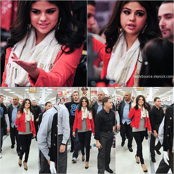 .11.11.2012 : Selena s'es rendu dans un centre commercial pour promouvoir sa ligne de vêtement  à New York. .