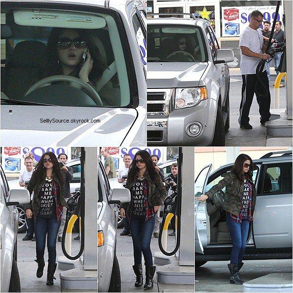 .17.11.2012 :Selena à été vu entrain de mettre de l'essence,dans une voiture..