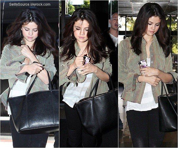 .19.11.2012 : Selena à été vu entrain de quittée un centre laser à Los Angeles..
