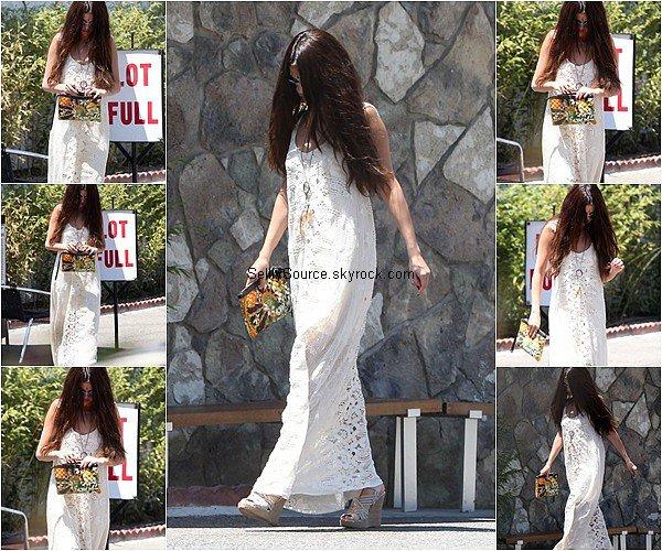 .01/08/2013: Selena à été vu entrain de faire du shopping à Santa Monica. .