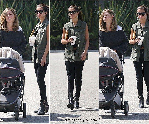 .10.08.2013 : Selena à été vu entrain de se promené dans les rues de Los Angeles,avec sa mère et petite s½ur..