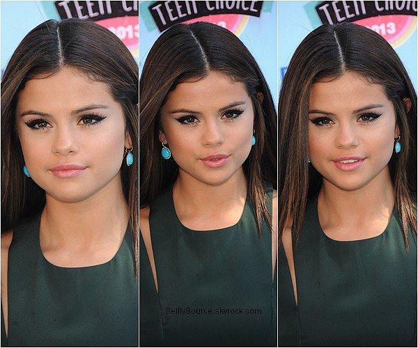 """.11.08.2013: Selena été présente au Teen Choice Awards,qui s'est déroulé à Los Angeles. .Selena à gagné trois awards celui du """"Choice Break-Up Song""""  , """"Choice Female Hottie"""" et """"Summer Choice Female""""."""