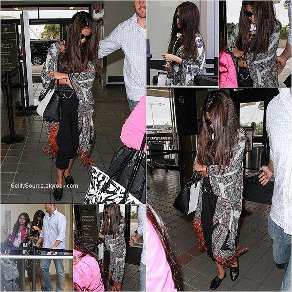 .12.08.2013: Sel' à été vu à l'aéroport de Los Angeles avec Brian et Priscilla,pour se rendre à Vancouver,Canada. Pour débuté le Stars Dance Tour..