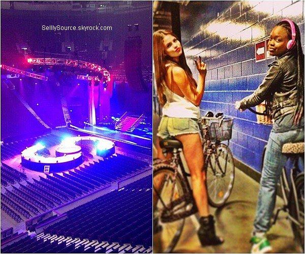 . Découvrez 3 nouvelles photos personels de S.,ainsi une ou elle y performera pour son premier concert de la tournée. ( la scène à une forme de S,pour le nom de son prénom)..