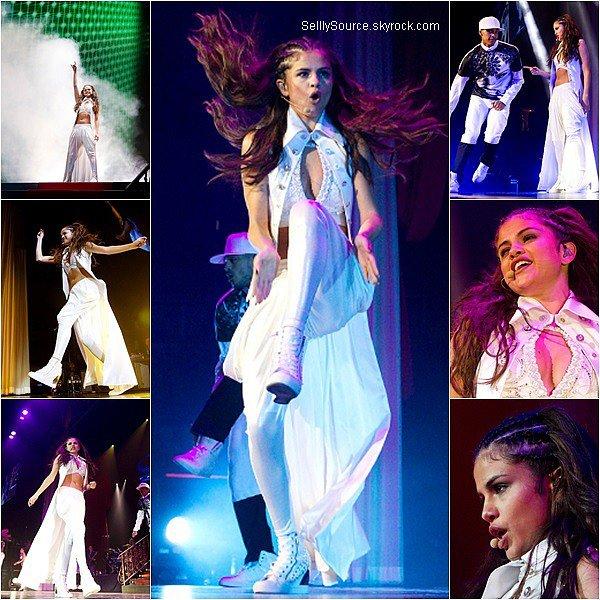 .17/08/2013 : Selena enchaîne toujours son Stars Dance Tour,mais à Edmonton au Canada..