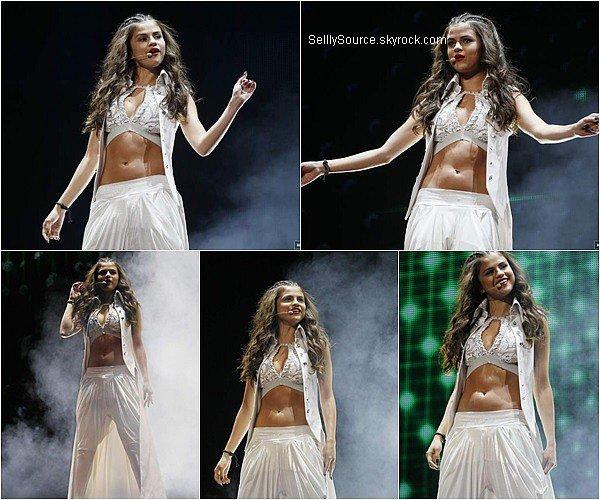 .19/08/2013 : Selena continue toujours son Stars Dance Tour à Winnipeg,Canada..