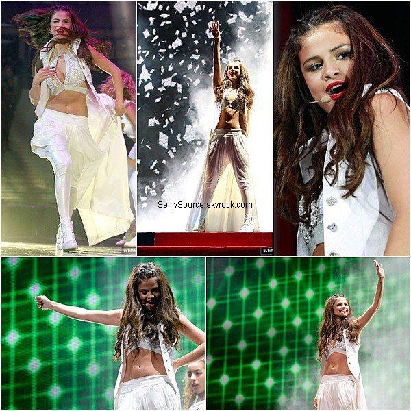 .22/08/2013 : Selena enchaîna toujours son Stars Dance Tour à Ottawa,Canada..