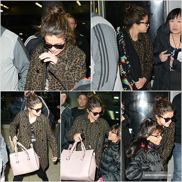 . CANDIDS : S. a été photographié par les paparazzis en arrivant à l'aéroport de Chicago, le 10 décembre. .